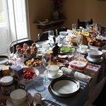 De grote tafel was nog te klein voor het luxe ontbijt!