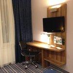 Стол и телевизор на стене