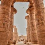 La grande salle hypostyle : les colonnes papyriformes à chapiteau ouvert.