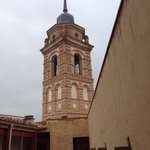 torre y patio del hotel
