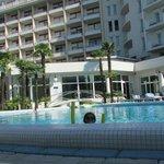Вид на отель со стороны бассейнов и парка.