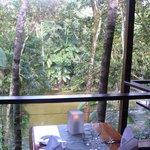 Blick vom offenen Restaurant auf den Fluss
