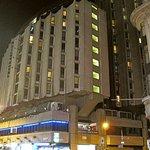 отель вечером, вид со стороны метро