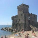 kleine Burg am Meer, unweit des Hotels