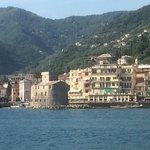 Sicht vom Hafen auf Rapallo