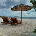 Strandliegen und Sonnenschirm