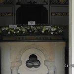 in zijn tombe
