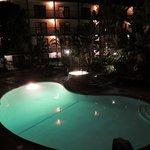 vista do quarto pra piscina, a noite