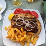 Un piatto di kebab greco