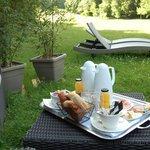 petit déjeuner dans le jardin devant la roulotte