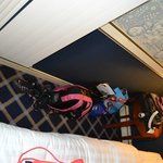 ajustado espacio entre cama y pared