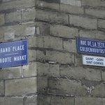 Placa da Grand-Place na fachada do prédio.