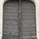 Portão principal da Stadhuis (prefeitura em flamengo) ou em francês Hôtel de Ville.