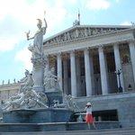 Parlamento- Fonte de Pallas Atenas