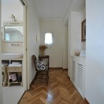 Hallen i Suite Pietra..badrummet t höger