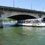 Bateaux Bus sotto la torre Eiffel