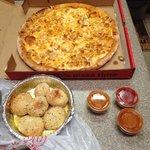 Buffalo chicken pizza & garlic knots. Delishhhhh!!