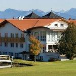 """Blick auf das Clubhaus und das Hotel von Spielbahn 18 - """"Gertis Corner""""."""