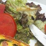 Serverer gammal salat..