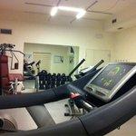 OK treningsrom, en multimaskin og lette vekter.