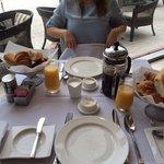 Café da Manhã Continental: Cesto de pães, manteiga, geléias, café e leite.