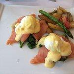 Café da Manhã: Opção de uma espécie de sanduíche de salmão defumado com ovos + café + leite.