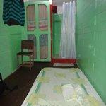 Cama extra sobre el piso, baño y ducha