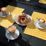 Кофе в круассанами