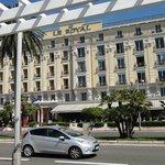 Hotell framsida mot gata och strand