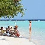 Отдых с детьми: заход в воду на пляже