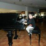 Tocando el piano antes de cenar