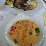 Креветки с шафраном в сливочном соусе и рыба туна.