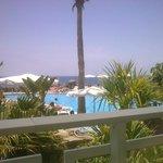 vista di piscina e mare dal ristorante