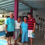 Mi familia con los dueños de la posada en el área de las piscina