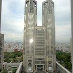 Panorama da janela do quarto: predio do governo metropolitano de Tokyo