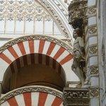 赤と白のアーチ、聖セバスチャン