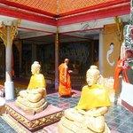 un monaco offrire cibo ai monaci è di buon augurio
