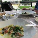 Een van de fraaie gerechten rode mul met asperges