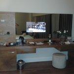 Встроенный в зеркало телевизор в номере