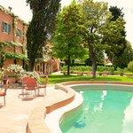 Pool mit Hotel-Nebengebäude
