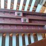 Vista del pozo de aire central con ascensores