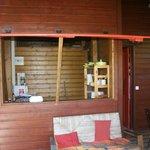 Vue de la terrasse sur la petite cuisine