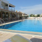 места для отдыха и бассейн