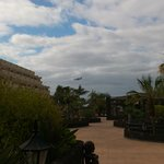 l'hôtel est à deux pas de la piste d'atterrissage de l'aéroport_beaucoup beaucoup de bruit