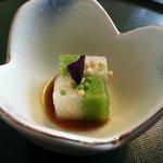 Amuse-gueule: Taro und Erbsengelee mit Seeigel Sauce