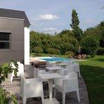 Terrasse donnant sur jardin et piscine extérieure