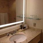 Banheiro espaçoso e bem organizado