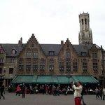 Um dos prédios na Praça Burg. Atrás do prédio, observa-se a Torre Belfort que fica na Praça Mark