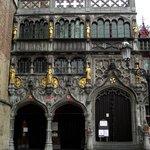 Fachada da Basílica do Sagrado Sangue do século XII, prédio cuja capela é dedica ao Santo Basíli