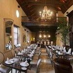 El restaurante El Gobernador By Rausch combina la cocina local con platos internacionales.